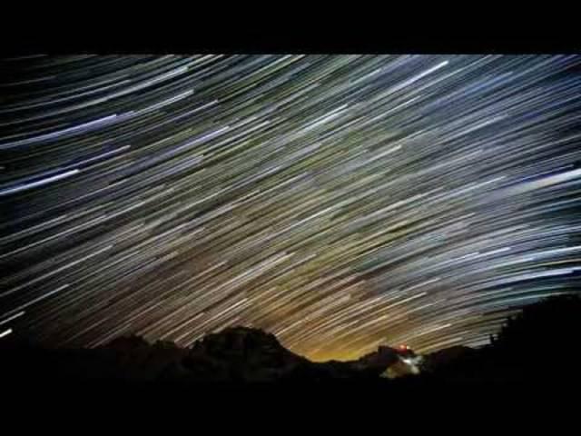 Genial: Zeitraffer-Aufnahmen vom nächtlichen Himmel über dem Titlis zeigen Millionen von Sterne auf ganz neue Weise.