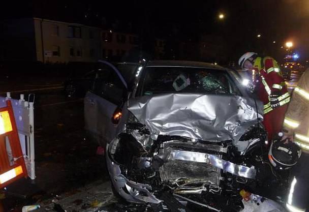 An den drei beteiligten Fahrzeugen entstand jeweils Totalschaden.