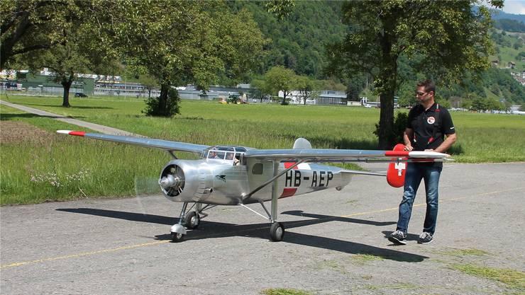 Markus Frey mit seinem Grossmodell Pilatus S B-2 wird am Modellflugtag in Grenchen zu sehen sein.