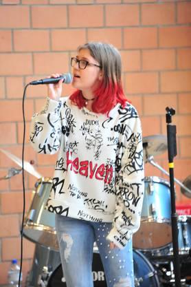 Lara Häfliger, die Tochter von Gemeinderätin Rébecca Schneider Häfliger, sang am Freienwiler Neujahrsapéro zwei Stücke.