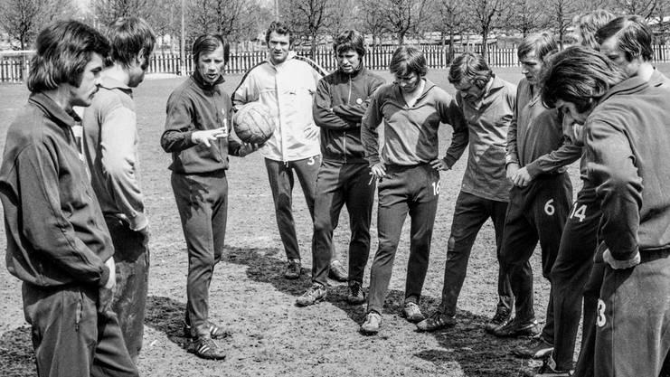 Helmut Benthaus instruiert seine Spieler, links aussen steht Ottmar Hitzfeld. Gemeinsam seien sie auch Atzteken-Tempel anschauen gegangen.