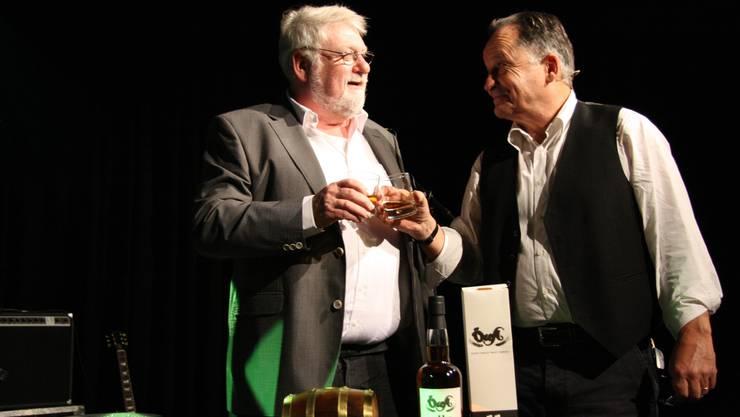 Brenner Hugo Grogg und Brauereinhaber Alex Künzle stossen auf ihren Whisky an