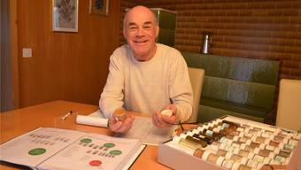 So kennen ihn die Kundinnen: Paul Späni, Nahrin-Vertreter, mit Musterkoffer und detaillierten Unterlagen zu denverschiedenen Produkten.