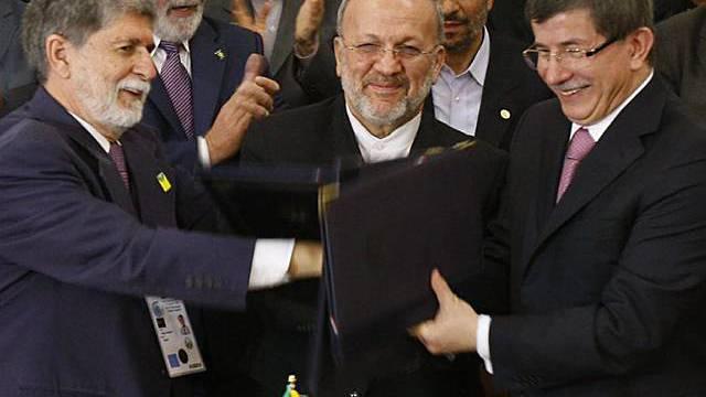 Die Aussenminister Irans (Mottaki, Mitte), Brasiliens (Amorim, links) und der Türkei (Davutoglu)