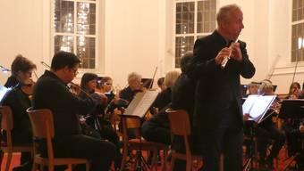 Dietrich Zöller, Solist an der Querflöte, überzeugt mit dem Orchester das Publikum in der Stadtkirche.
