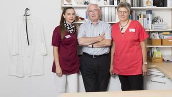Kanton liess Nachfolger nicht zu: Peter Horowitz, Hausarzt in Würenlingen, mit Praxisleiterin Bianca Meier (links) und Praxisassistentin Monica Bächli.