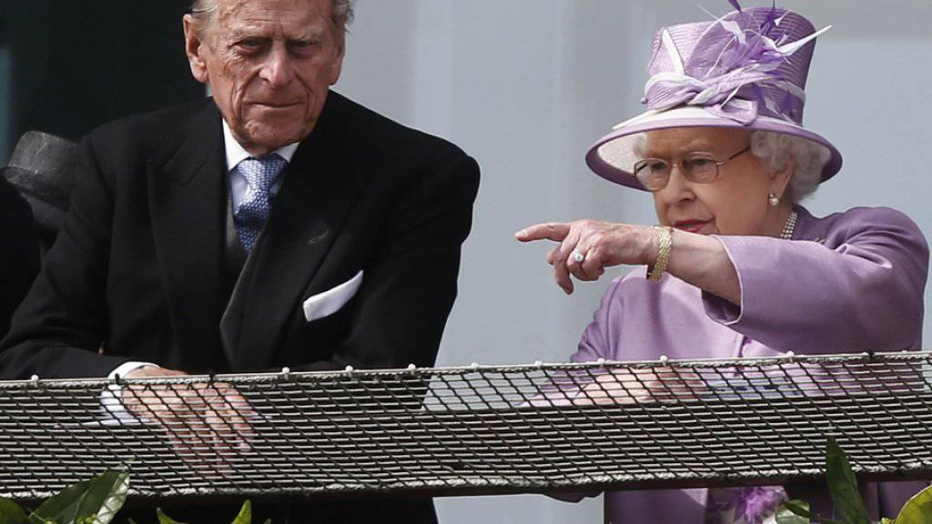 Queen Elizabeth II. und Prinz Philip an einem Pferderennen. (Archivbild)