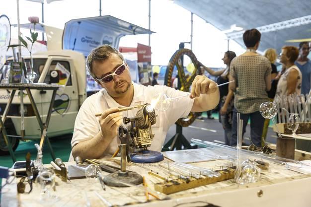 Glasbläser aus Büren a. A. an der Arbeit