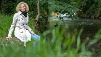 Als Naturschützerin lässt sich GLP-Nationalratskandidatin Barbara Portmann-Müller am Aabachufer in Lenzburg fotografieren.