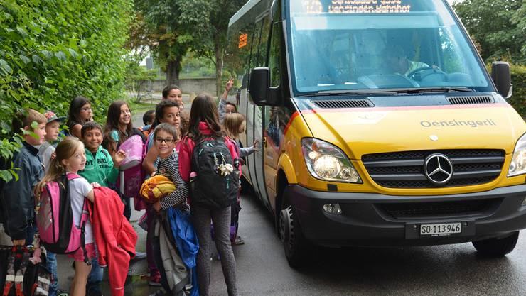 Der Ortsbus Oensingen, hier beim Schulhaus Oberdorf: Nicht immer ist der Andrang so gross, wie hier zu sehen ist.Bruno Kissling