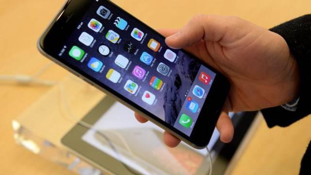 Ein Kunde probiert das neue iPhone aus (Archiv)