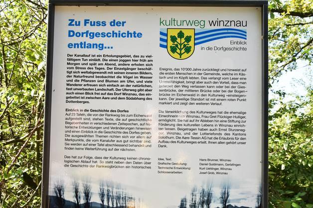 Gemeindepräsident Daniel Gubler zeigt die Schautafeln des Kulturwegs Winznau entlang des Aare-Kanals