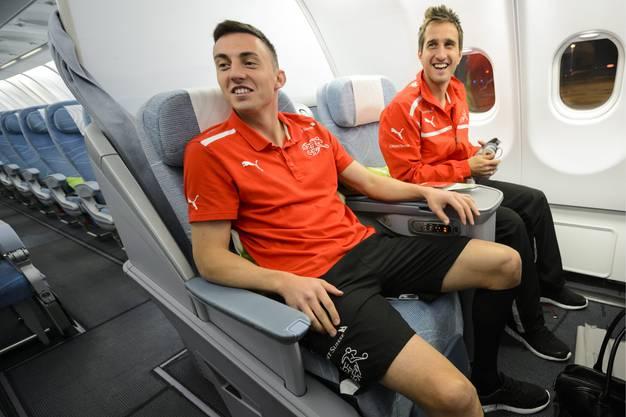 Gut gelaunt auf dem langen Flug von Helsinki nach Seoul: Josip Drmic (links) und Rückkehrer Mario Gavranovic.