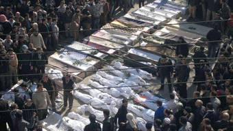 Syrische Bürger trauern um ihre getöteten Angehörigen in Homs (Symbolbild)