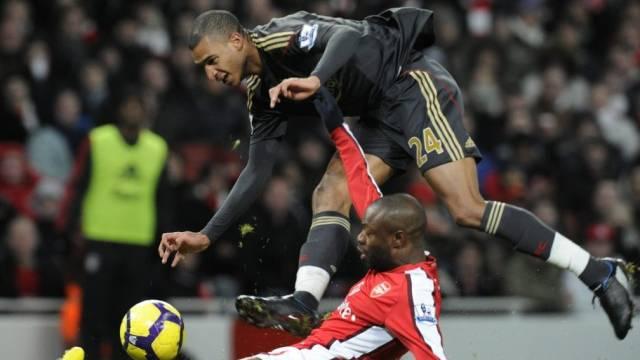 Arsenals William Gallas (Boden) verteidigt den Ball gegen Liverpools David Ngog