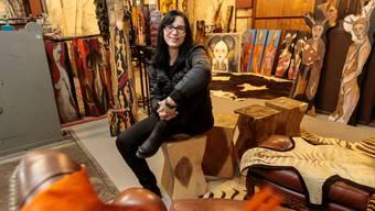 """Künstlerin Claudia Brander in ihrer neuen """"Worlds End Gallery"""" im Bahnhof Luterbach/Attiswil"""
