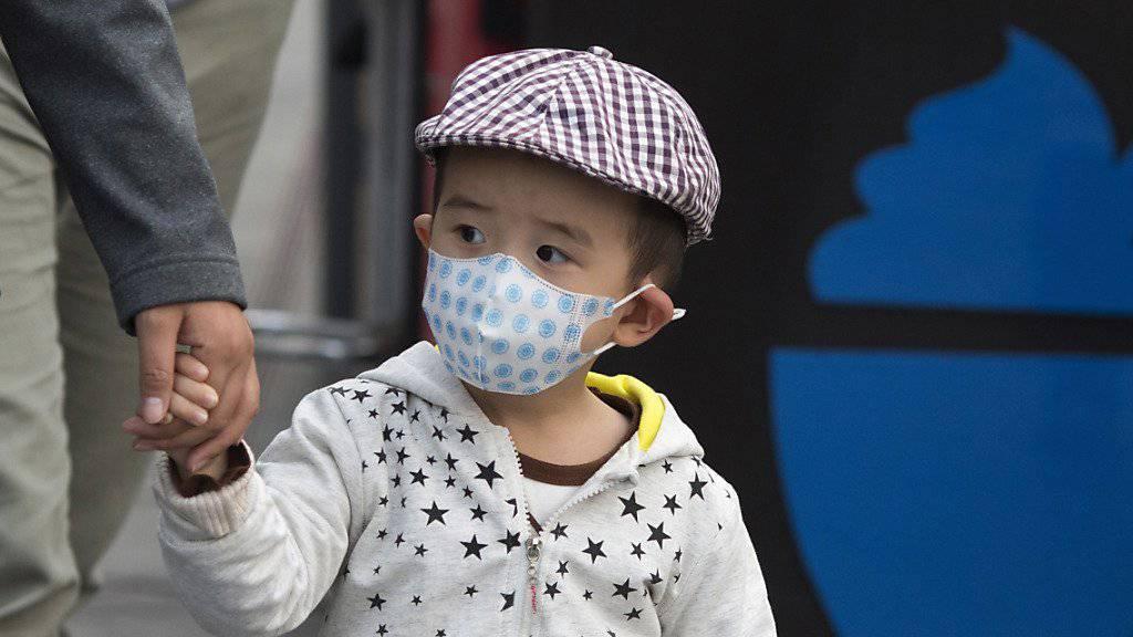 Smogalarm in Peking: Wie dieser Knabe sind weltweit Millionen Kinder giftiger Luft ausgesetzt. (Symbolbild)