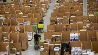 Einblick in das Logistikzentrum in Koblenz: Während der Weihnachtszeit stellt Amazon mehr temporäre Arbeiter an.