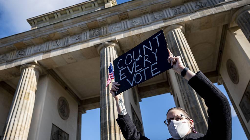 Eine Kundgebung unter dem Motto «Friedlicher Übergang der Präsidentschaft und eine demokratische USA» vor dem Brandenburger Tor in Berlin. Foto: Fabian Sommer/dpa