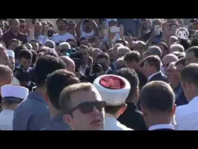 Der türkische Staatschef Recep Tayyip Erdogan ist bei der Trauerfeier für einen von Putschisten getöteten Freund in Tränen ausgebrochen.