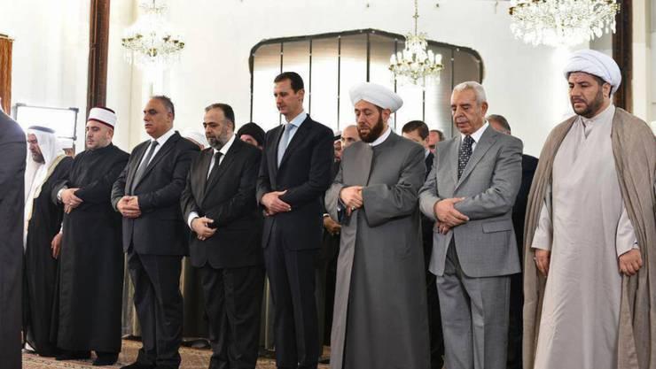 Syriens Machthaber Baschar al-Assad (4.v.r.) in der Moschee von Homs