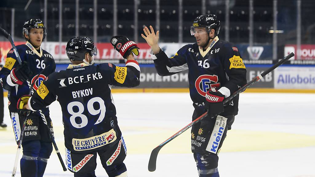 Spiel gedreht: Matchwinner Matthias Rossi (rechts) klatscht mit seinen Teamkollegen ab