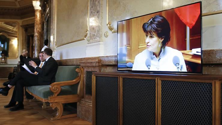 Medienministerin Doris Leuthard erscheint auf einem Bildschirm in der Wandelhalle während ihrer Rede in der Debatte um den Service public im Nationalrat.