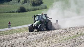 Es wird auch nächste Woche Staubwolken geben, wenn Landwirte mit ihren Traktoren über die Felder fahren. Am Montag beginnen die Hundstage und der Regen vom Wochenende brachte kaum Besserung für die trockenen Böden.