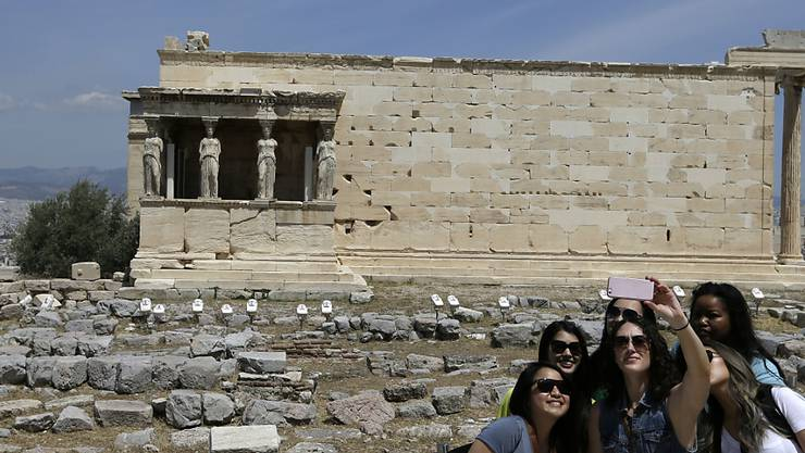 Touristinnen auf der Akropolis in Athen. (Archiv)