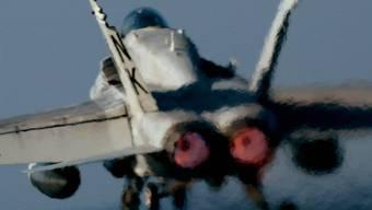 Ein F/A18E Super Hornet der US Navy hebt von einem Flugzeugträger ab.