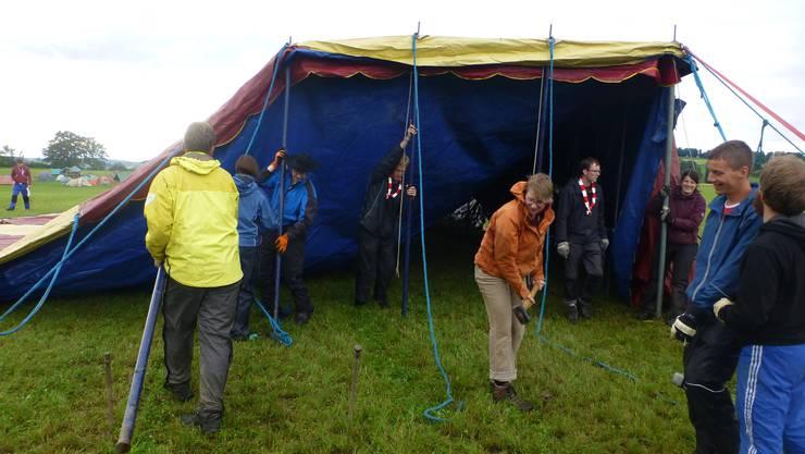 Beim Zeltaufbau ist Teamarbeit gefragt.