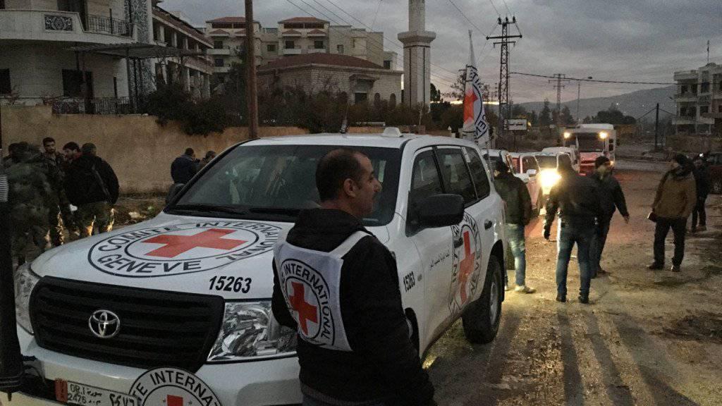 Nach Monaten hat ein Hilfskonvoi die belagerte Stadt Madaja nahe der syrischen Hauptstadt Damaskus erreicht. 400 Menschen, die vor dem Hungertod stehen, sollen in Sicherheit gebracht werden.