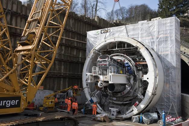Vor dem Tunnelportal auf der Seite Schinznach Dorf wird die Tunnelbohrmaschine montiert.