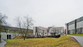 Eingeklemmt zwischen Bahndamm, Malagahaus und Erlengut-Tunnel entsteht der neue Annexbau für Bezirksgericht und Kantonspolizei.