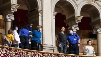 Aktivisten rufen Parolen von der Zuschauertribüne in den Nationalratssaal.