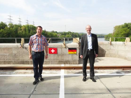 Patrick Obrist (links) und Alexander Lennemann bei der neu markierten Landesgrenze Schweiz-Deutschland