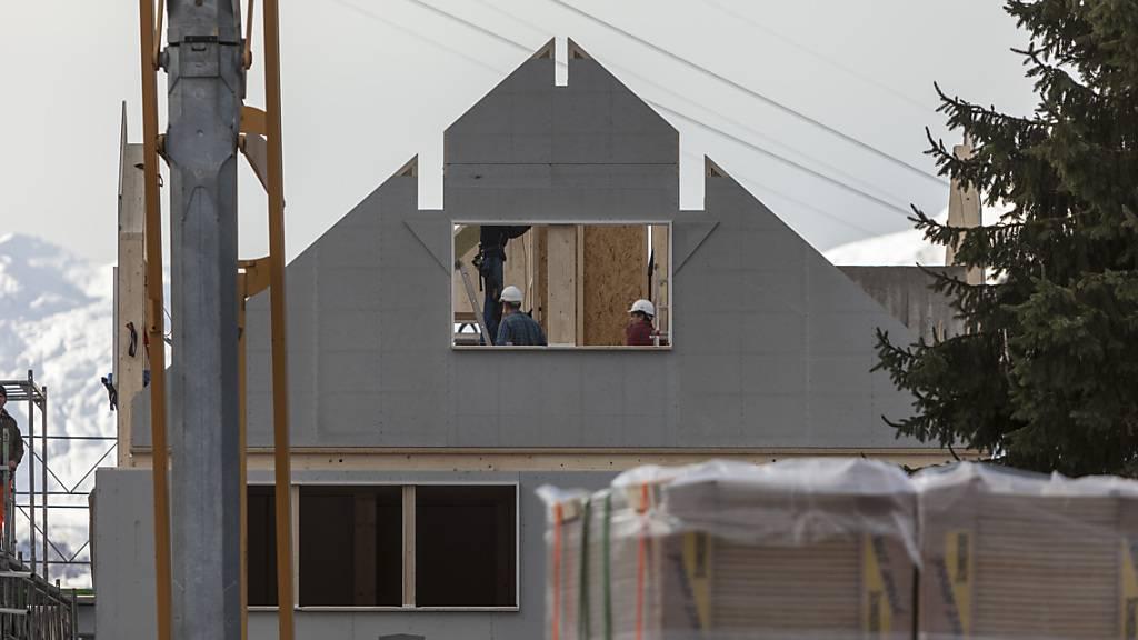Die tiefen Hypothekarzinsen in der Schweiz fördern den privaten Hausbau. (Archivbild)