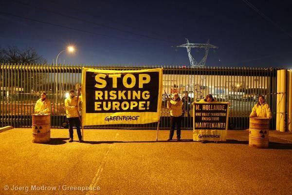 Weitere Aktivisten stehen vor dem Eingang des AKWs.