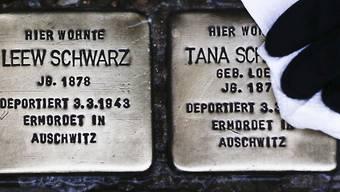 Mit Namensplatten in Bürgersteigen erinnert der Künstler Gunter Demnig (72) an die Opfer des Nationalsozialismus. Er will das Projekt noch lange fortsetzen - selbst dann, wenn er mit dem Rollator kommen müsste. (Archivbild)