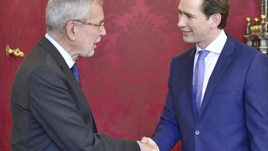 Der österreichische Bundespräsident Alexander Van der Bellen (links) hat am Sonntag Bundeskanzler Sebastian Kurz (ÖVP) (rechts) zu einem Gespräch in der Präsidentschaftskanzlei in Wien empfangen.
