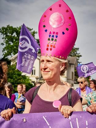 Eine Bischöfin mit pinker Mitra: Am Frauenstreik funktioniert dies, in der römisch-katholischen Kirche nicht. Diese wehrt sich beharrlich gegen die Gleichberechtigung ihrer Theologinnen.