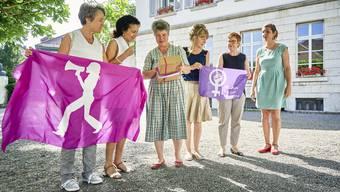 Gertrud Häseli (3. v.l.) überreichte am Dienstag die Unterschriften an Staatsschreiberin Vincenza Trivigno im Beisein der Frauenstreikkomitee-Mitglieder Amanda Sager-Lenherr und Anita Schwab, sowie den Grossrätinnen Ruth Müri und Kim Schweri (v.l.).
