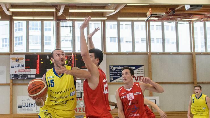Starwings vs Swiss Central Basketball: Starwings 15 Nemanja Calasan (li) unter dem Korb gegen Luzern 21 Luka Mandic