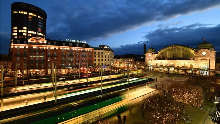 Die schmucke nächtliche Beleuchtung trügt: Der Centralbahnplatz sorgt vielerorts für Kritik. Juri Junkov