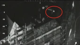 Wärmebildaufnahmen eines Polizeihelikopters: Die Chaoten werfen Gegenstände von einem Hausdach auf die Einsatzkräfte.