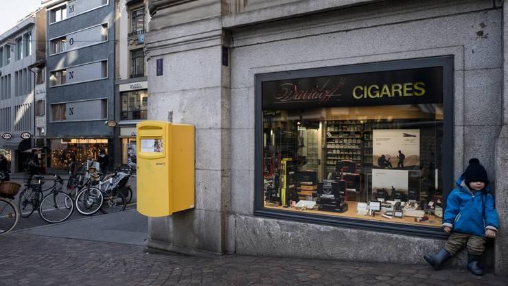 In gut zwei Monaten liegen keine Zigarren mehr in dieser Auslage – der Laden Monn dahinter ist dann längst zu.