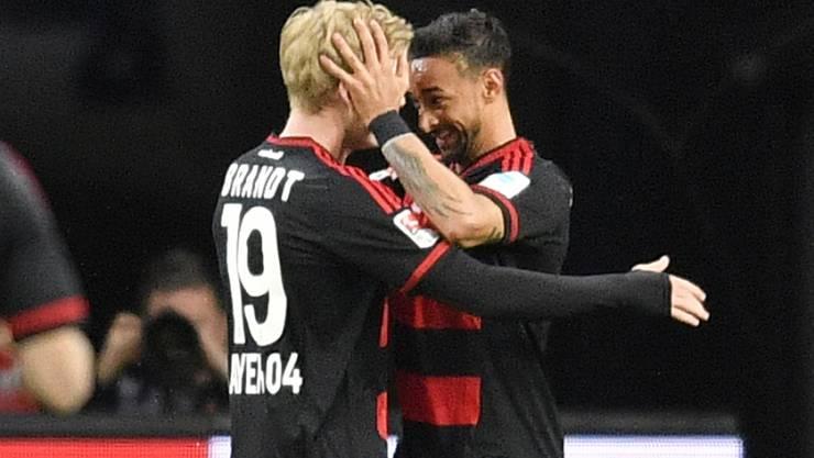 Leverkusens Julian Brandt wird von Karim Bellarabi beglückwünscht