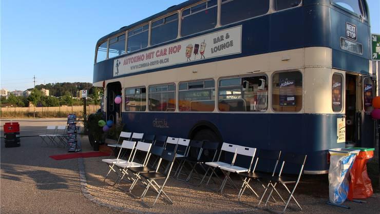 Der Doppeldecker-Bus in Pratteln bietet auch Platz für Fussgänger, die das Autokino besuchen wollen. Bilder: zvg