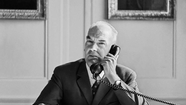 Der ehemalige Bundesrat Rudolf Gnägi am Telefon. Vertrauliche Telefonkonferenzen sollen künftig mit Walkie-Walkie-Geräten stattfinden.