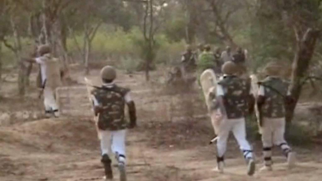 Sicherheitskräfte stürmen den Park, den eine Hindu-Sekte besetzt hielt.